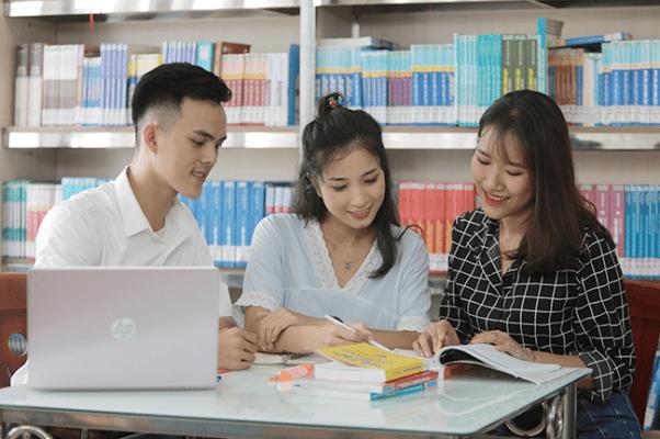 Giờ học ngoại khóa sinh viên ngành Tài chính Ngân hàng tại thư viện ĐH Duy Tân